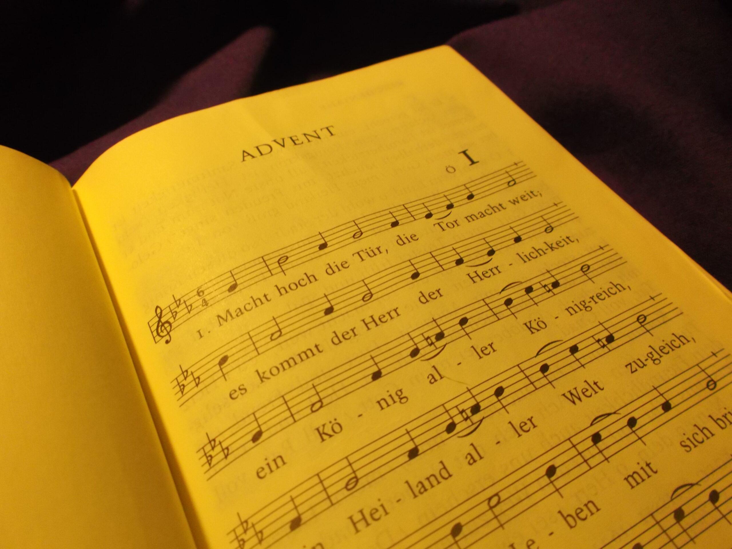 Singen wie in der Kirche – Lieder der Advents- und Weihnachtszeit zum Singen daheim